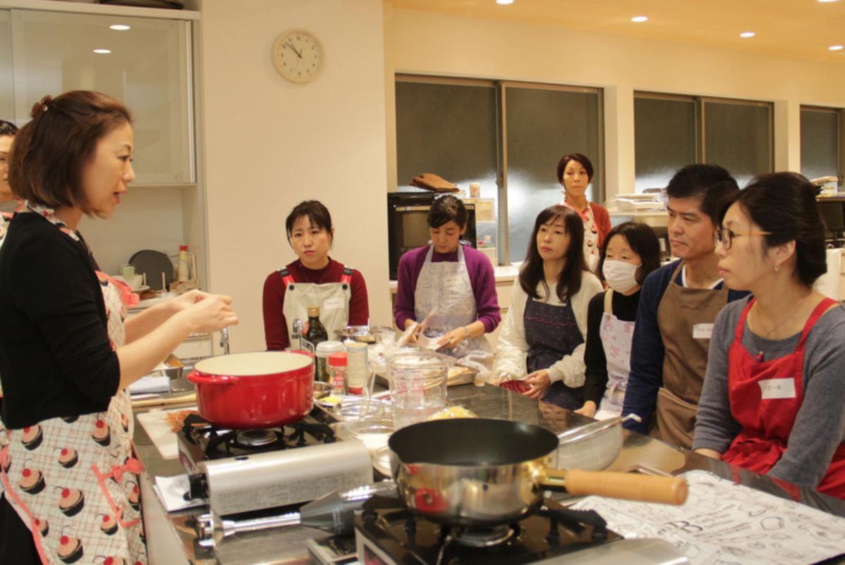 モテ盛りレシピお料理教室で先生から教わっている様子