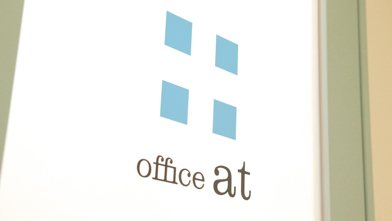 オフィスアットの入口の写真
